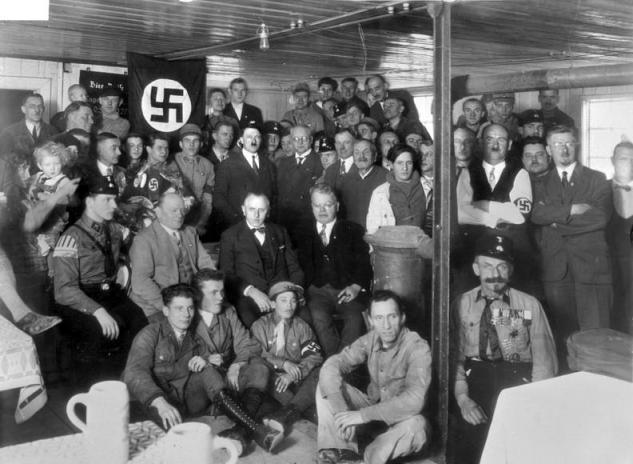 Bundesarchiv_Bild_119-0289,_München,_Hitler_bei_Einweihung_-Braunes_Haus-.jpg