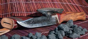 von-hand-gefertigtes-jagdmesser-ts-1-aus-der-telchinen-schmiede-80-lagen-damastmesser-mit-panzerstahl-und-einer-griff-und-scheide-aus-paduk-holz.jpg