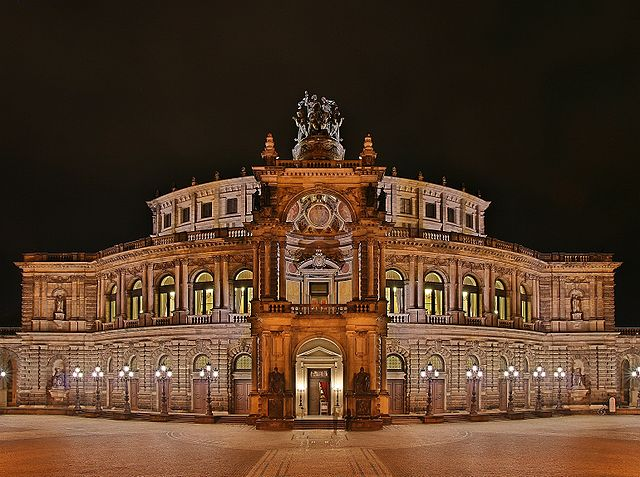 640px-Semperoper_at_night.jpg